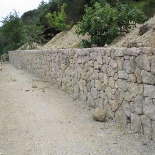 Mur de soutenement en béton armé avec plaquage pierre